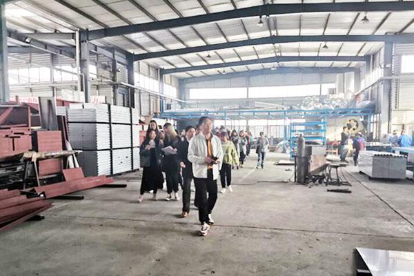 南理工国际贸易40余名学生走进斯普瑞喷粉房厂家